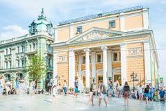 Birzhevayavierkant De Kamer van Koophandel en Industrie van de Russische Federatie De mensen bespatten in de fontein in heet weer stock fotografie