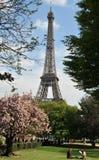 Bis zum der Zeit des Eiffelturms im Frühjahr Stockbilder