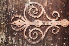 Bisagra de puerta decorativa forjada aherrumbrada vieja Imágenes de archivo libres de regalías