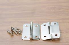 Bisagra de puerta en una superficie de madera del banco de trabajo fotos de archivo