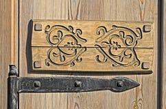Bisagra metálica vieja en puerta Fotografía de archivo