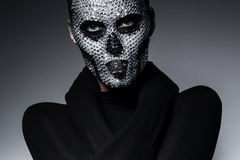 Bisarr idérik kvinna med skallen Arkivfoton