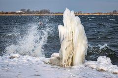 Bisarra Iceforms på kusten av en sjö under ett kallt pass royaltyfri fotografi