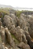 Bisarrt vagga bildat av erosion Punakaiki, den nyazeeländska södra ön royaltyfri foto