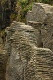 Bisarrt vagga bildat av erosion Punakaiki, den nyazeeländska södra ön royaltyfri fotografi