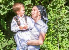 Bisavó que guarda seu neto da criança de dois anos imagens de stock royalty free