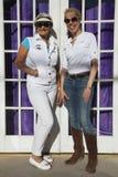 Bisbee, o Arizona, os EUA, o 6 de abril de 2015, Phylis Tampio e Leslie Plimpton levantam na frente da entrada drapejada roxo Imagens de Stock