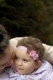 Bisbilhotice da filha e da mamã Fotografia de Stock