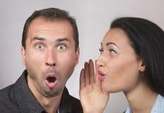 Bisbilhotice expressivo dos pares imagens de stock