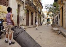 Béisbol que juega de los niños en la calle Imagenes de archivo