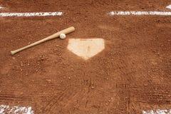 Béisbol y palo cerca de la placa casera Imagen de archivo
