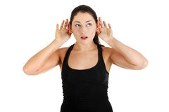 Bisbolhetice de escuta da mulher nova Foto de Stock Royalty Free