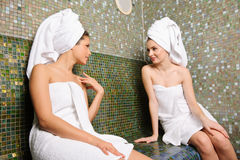 Bisbolhetice que fala na sauna turca foto de stock royalty free