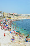 BISCEGLIE, ITALIE - 3 AOÛT 2017 : Plage complètement très serrée des personnes à la mer Méditerranée dans la région de turist de  Photo stock