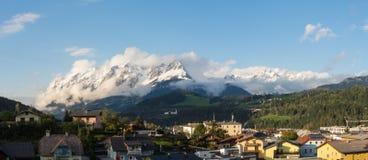 Bischofshofen, Pongau, Salzburger ziemia, Austria, krajobraz na mieście i alps Świeży śnieg przy zaczynającym jesień obrazy stock