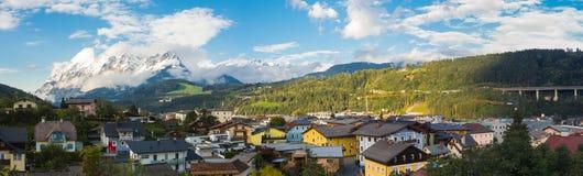 Bischofshofen, Pongau, Salzburger ziemia, Austria, krajobraz na mieście i alps Świeży śnieg przy zaczynającym jesień zdjęcie stock