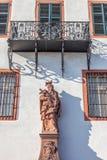 Bischofsstatue am historischen Palast Stockfoto