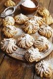 Biscoito amanteigado com açúcar pulverizado fotos de stock royalty free