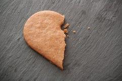 biscoito dado forma do coração quebrado no fundo do quadro Foto de Stock Royalty Free