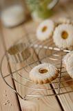 Biscoito de Linz com doce de fruta do pêssego com um vidro do leite nos vagabundos Imagens de Stock