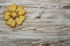 Biscoito na celebração de madeira do feriado do St Patrick St Valentine dos corações do trevo da folha do fundo imagem de stock