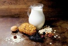 Biscoito Produtos da padaria Bolinhos saborosos Cookies de farinha de aveia caseiros com cereais e frutos secados Bolinhos e leit foto de stock royalty free