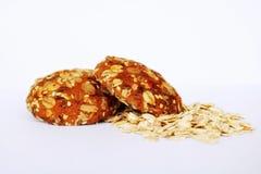Biscoito Produtos da padaria Bolinhos saborosos Flocos da aveia Cookies com passas e cinco cereais Nutrição apropriada do café da imagens de stock