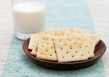 Biscoito quadrado do biscoito com leite fresco em uma bacia imagens de stock royalty free