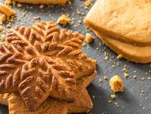 Biscoitos amarelos do gengibre na forma dos flocos de neve e dos corações sobre Fotografia de Stock Royalty Free