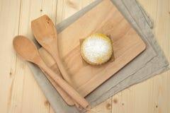 Biscoitos caseiros do leite com açúcar pulverizado, a colher de madeira e os termas Imagem de Stock