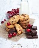 Biscoitos, chocolate e leite doces Fotografia de Stock