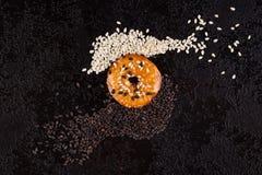 Biscoitos com as sementes de sésamo brancas e pretas Fotografia de Stock