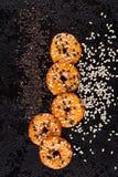 Biscoitos com as sementes de sésamo brancas e pretas Imagem de Stock Royalty Free