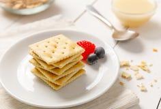 Biscoitos com leite condensado e fruto imagens de stock