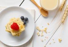 Biscoitos com leite condensado e fruto foto de stock