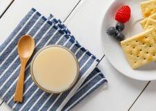 Biscoitos com leite condensado e fruto imagem de stock royalty free