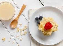 Biscoitos com leite condensado e fruto foto de stock royalty free