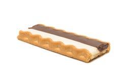 Biscoitos com o enchimento do leite de chocolate isolado fotografia de stock royalty free