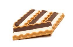 Biscoitos com o enchimento do leite de chocolate isolado foto de stock royalty free