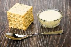 Biscoitos com papoila, bacia com leite condensado do doce, colher de chá imagem de stock royalty free
