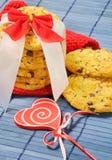 Biscoitos com partes de chocolate para o dia de Valentim Fotografia de Stock Royalty Free
