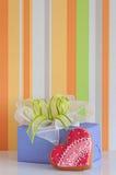 biscoitos Coração-dados forma para o dia e a caixa de presente de Valentim Fotografia de Stock