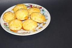 Biscoitos cozidos frescos do queijo na placa Imagem de Stock