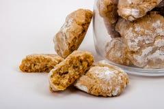Biscoitos da amêndoa no açúcar pulverizado no frasco de vidro Fotos de Stock