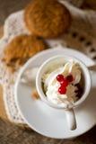 Biscoitos da aveia com café e creme chicoteado Fotos de Stock