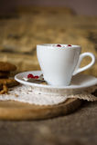 Biscoitos da aveia com café e creme chicoteado Foto de Stock