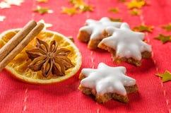 Biscoitos da canela e especiarias christmassy Fotografia de Stock Royalty Free