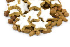 Biscoitos da estrela da canela do Natal e varas de canela Fotografia de Stock