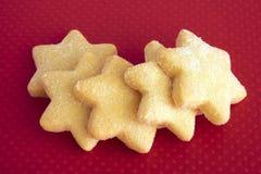 Biscoitos da estrela no fundo vermelho Fotografia de Stock