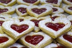 Biscoitos dados forma coração com doce fotos de stock